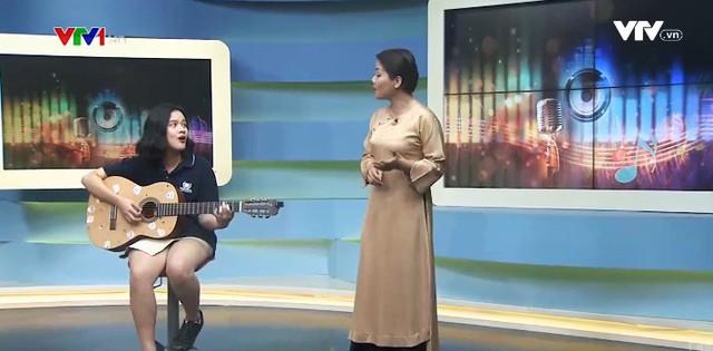 Con gái 17 tuổi xinh đẹp của BTV Bông Mai đàn hát cùng mẹ trên sóng truyền hình - Ảnh 1.
