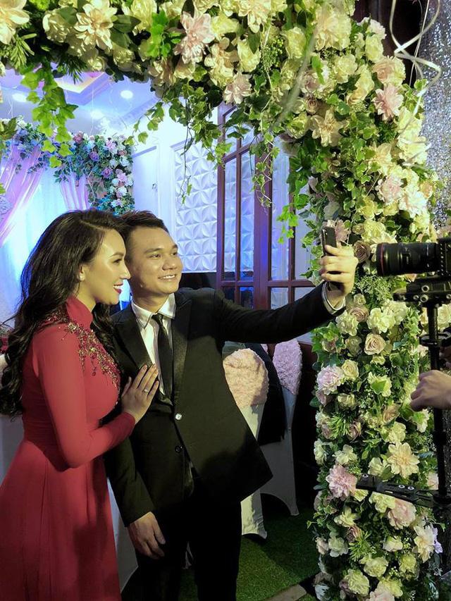 Khắc Việt hạnh phúc trong lễ ăn hỏi với nữ DJ xinh đẹp - Ảnh 1.