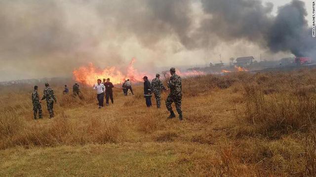 Hiện trường vụ máy bay rơi làm ít nhất 50 người đã thiệt mạng ở Nepal - Ảnh 5.
