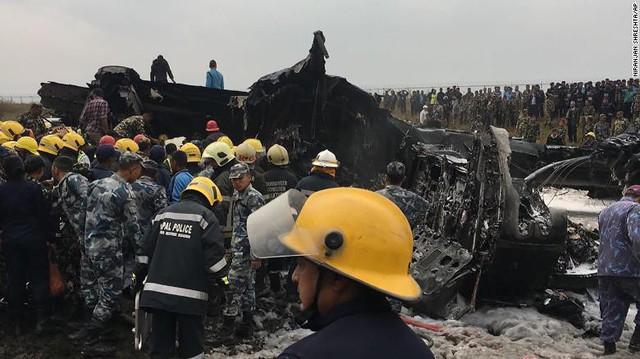 Hiện trường vụ máy bay rơi làm ít nhất 50 người đã thiệt mạng ở Nepal - Ảnh 4.