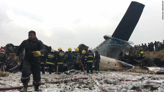 Hiện trường vụ máy bay rơi làm ít nhất 50 người đã thiệt mạng ở Nepal - Ảnh 9.