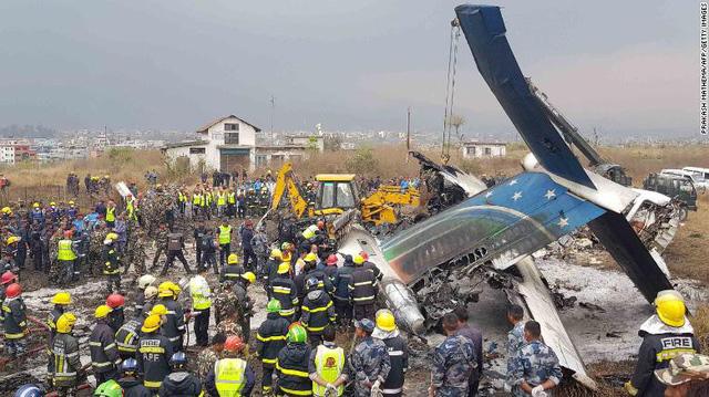 Hiện trường vụ máy bay rơi làm ít nhất 50 người đã thiệt mạng ở Nepal - Ảnh 1.