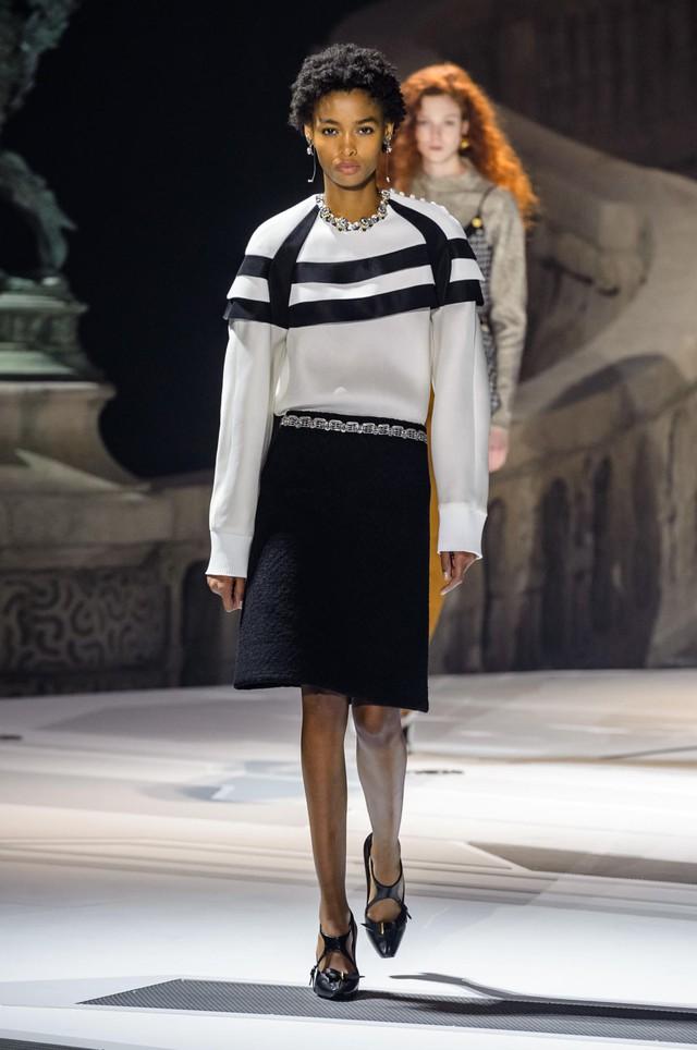 Louis Vuitton ra mắt bộ sưu tập mới ở Bảo tàng Louvre - Ảnh 10.