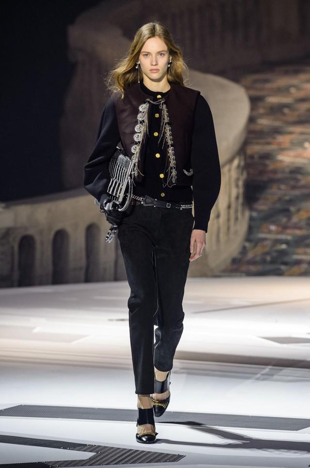 Louis Vuitton ra mắt bộ sưu tập mới ở Bảo tàng Louvre - Ảnh 6.