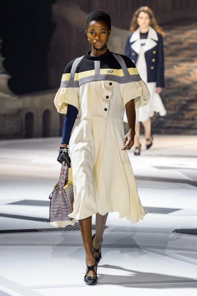 Louis Vuitton ra mắt bộ sưu tập mới ở Bảo tàng Louvre - Ảnh 4.