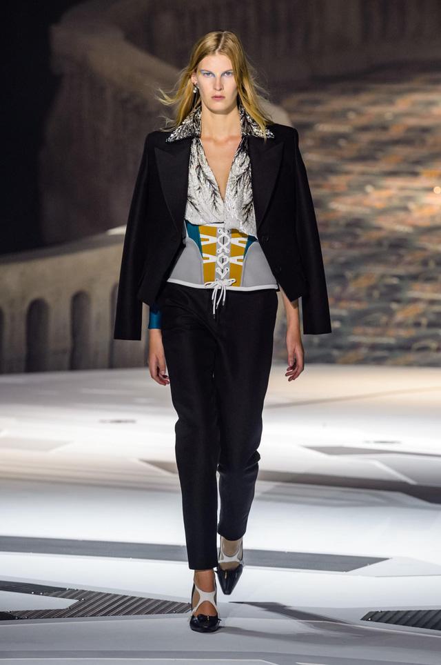 Louis Vuitton ra mắt bộ sưu tập mới ở Bảo tàng Louvre - Ảnh 3.