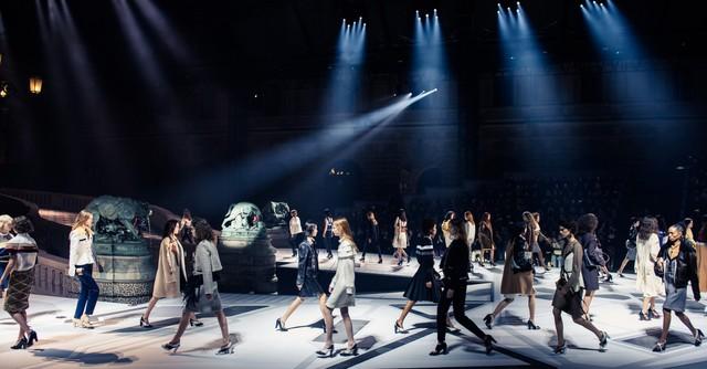Louis Vuitton ra mắt bộ sưu tập mới ở Bảo tàng Louvre - Ảnh 2.