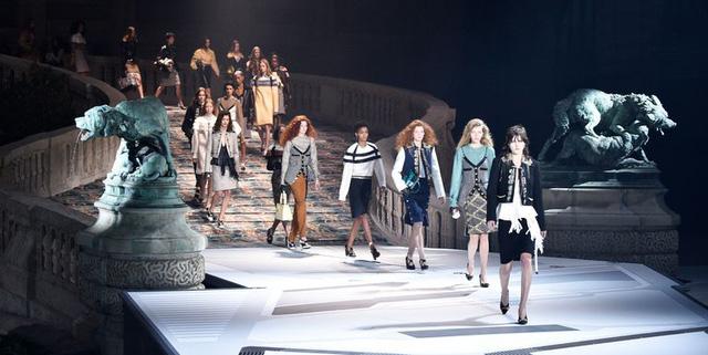 Louis Vuitton ra mắt bộ sưu tập mới ở Bảo tàng Louvre - Ảnh 1.