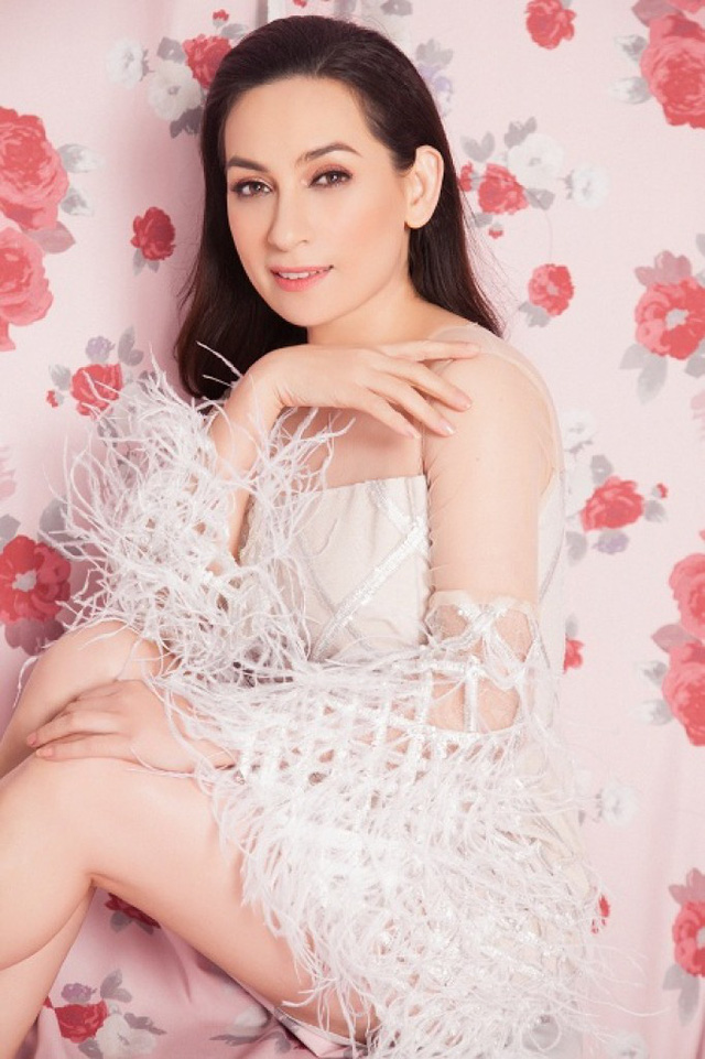 Phi Nhung bất ngờ gợi cảm với sắc hồng ngọt ngào - Ảnh 4.