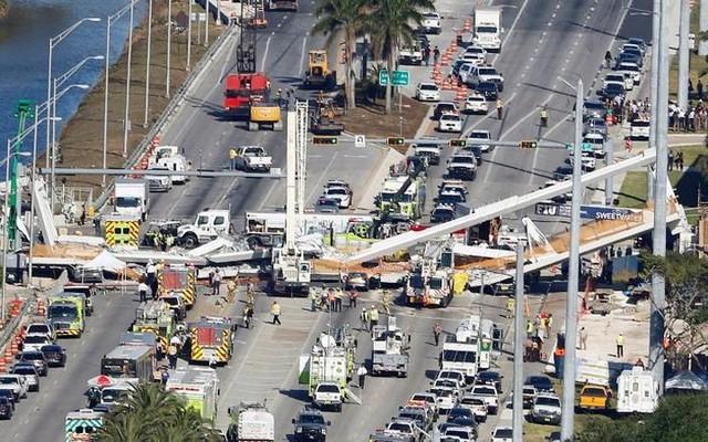 Hiện trường vụ sập cầu vượt vừa xây xong tại Miami (Mỹ) - Ảnh 2.