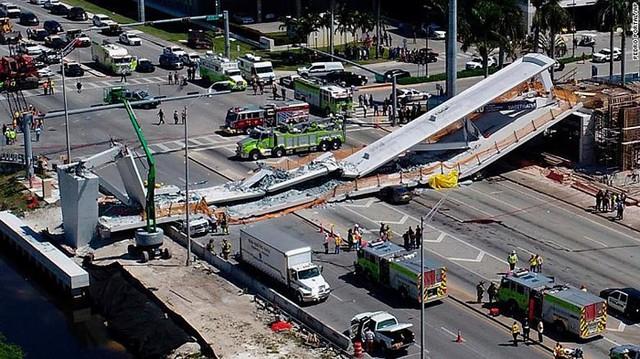 Hiện trường vụ sập cầu vượt vừa xây xong tại Miami (Mỹ) - Ảnh 1.