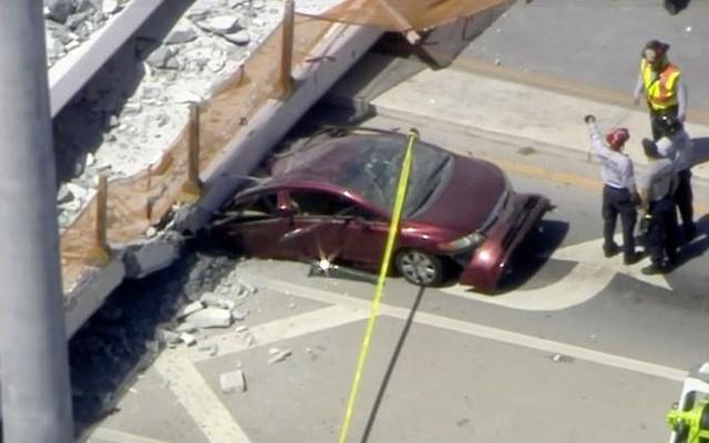 Hiện trường vụ sập cầu vượt vừa xây xong tại Miami (Mỹ) - Ảnh 3.