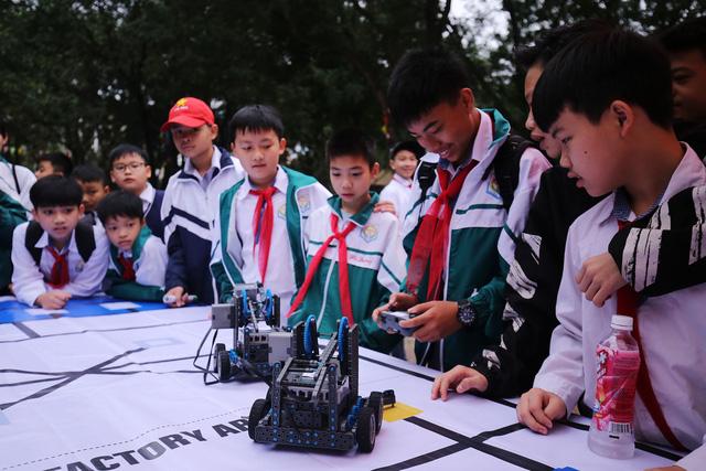 Ngày hội STEM tỉnh Bắc Ninh thu hút hàng nghìn học sinh, thầy cô tới tham dự - Ảnh 1.