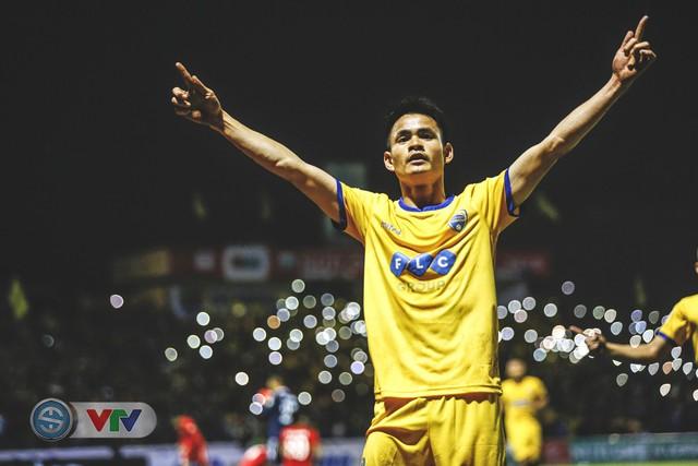 ẢNH: Đình Tùng tỏa sáng, FLC Thanh Hóa giành 3 điểm đầu tiên - Ảnh 17.
