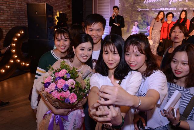 Dàn mỹ nhân của Tháng năm rực rỡ đọ sắc tại Hà Nội - Ảnh 13.