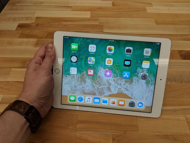 Apple ra mắt iPad 9,7 inch mới, giá siêu rẻ - Ảnh 1.