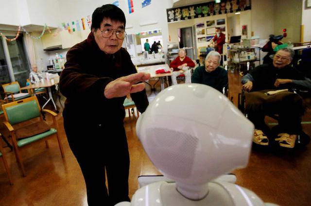 Robot biết làm nũng, khóc nhè mang lại niềm vui cho người già - Ảnh 2.