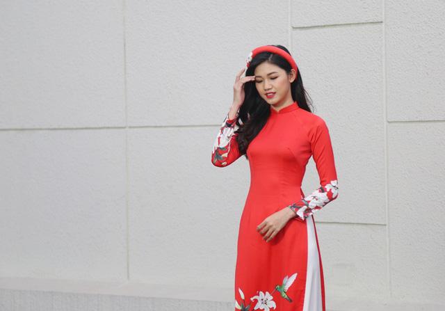 Á hậu Thanh Tú đẹp hút hồn trong tà áo dài truyền thống - Ảnh 4.