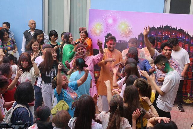 Những khoảnh khắc ấn tượng của Lễ hội sắc màu Ấn Độ 2018 tại Việt Nam - Ảnh 1.
