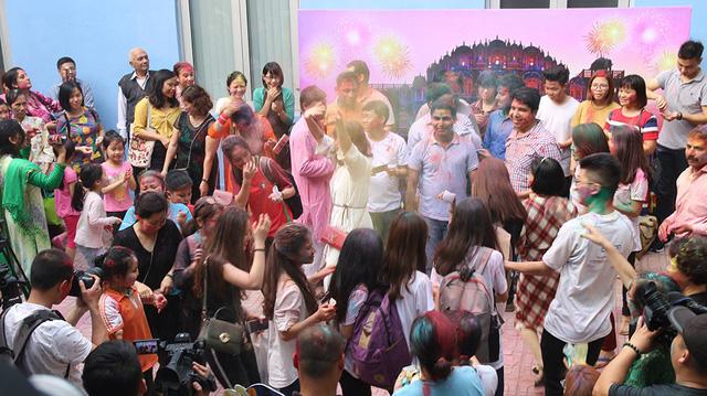 Những khoảnh khắc ấn tượng của Lễ hội sắc màu Ấn Độ 2018 tại Việt Nam - Ảnh 6.