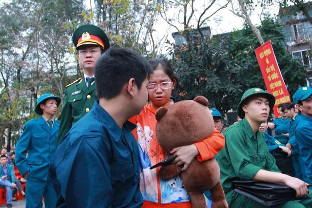 Gần 3.500 thanh niên Hà Nội lên đường nhập ngũ: Bịn rịn giờ chia tay - Ảnh 5.