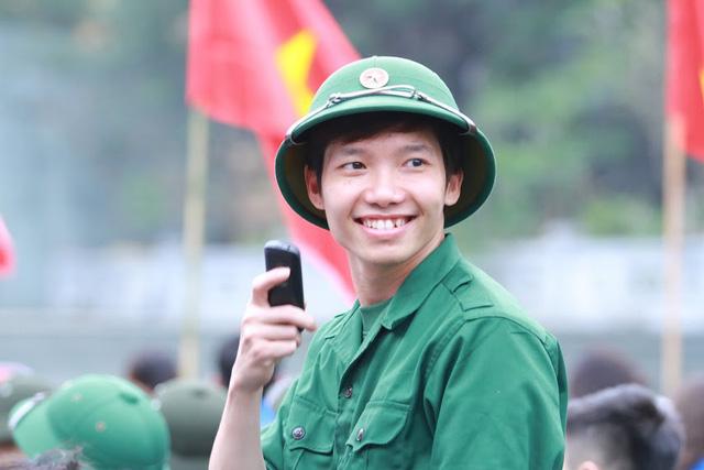 Gần 3.500 thanh niên Hà Nội lên đường nhập ngũ: Bịn rịn giờ chia tay - Ảnh 3.