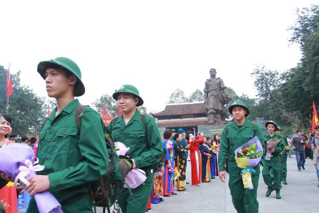 Gần 3.500 thanh niên Hà Nội lên đường nhập ngũ: Bịn rịn giờ chia tay - Ảnh 2.
