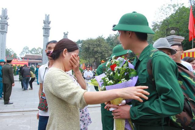 Gần 3.500 thanh niên Hà Nội lên đường nhập ngũ: Bịn rịn giờ chia tay - Ảnh 4.