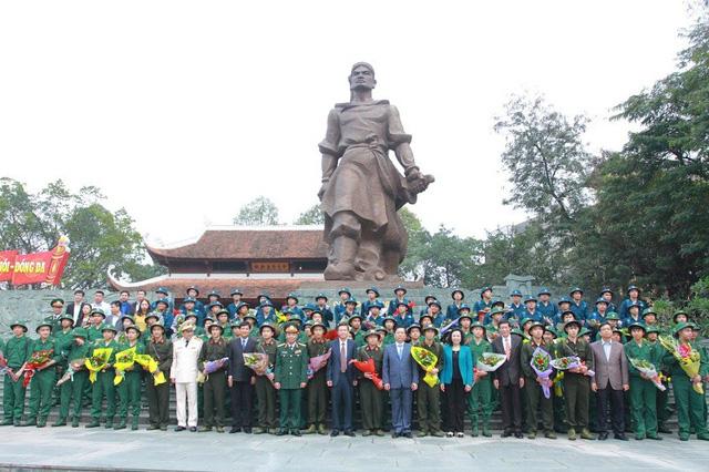Gần 3.500 thanh niên Hà Nội lên đường nhập ngũ: Bịn rịn giờ chia tay - Ảnh 1.