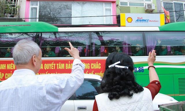 Gần 3.500 thanh niên Hà Nội lên đường nhập ngũ: Bịn rịn giờ chia tay - Ảnh 7.