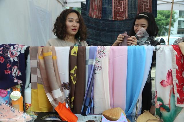 Rộn ràng Hội chợ Mùa Xuân chào đón ngày Quốc tế phụ nữ 8/3 - Ảnh 10.