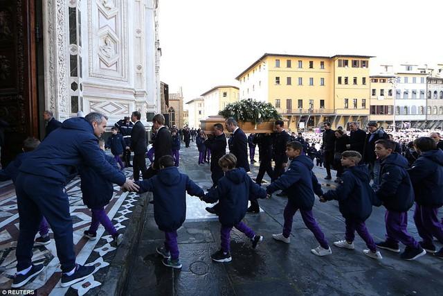 Hàng ngàn người hâm mộ đưa tang Davide Astori - Ảnh 19.