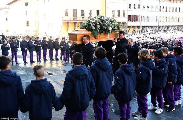 Hàng ngàn người hâm mộ đưa tang Davide Astori - Ảnh 17.