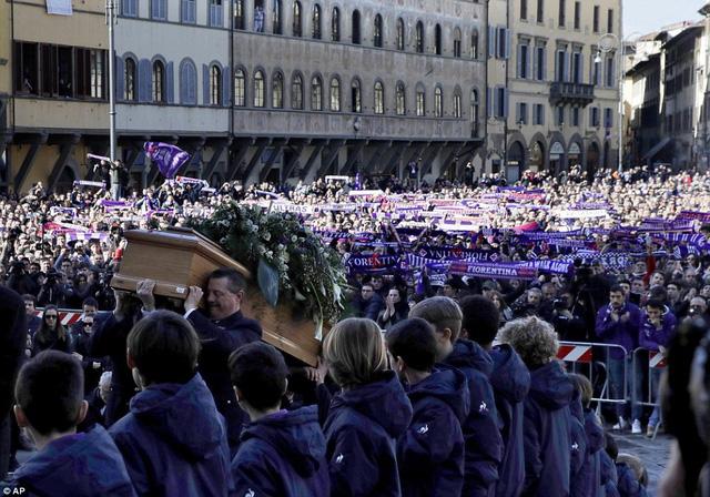 Hàng ngàn người hâm mộ đưa tang Davide Astori - Ảnh 14.