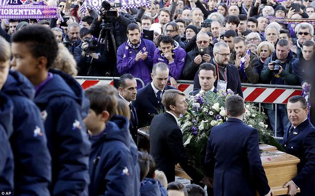 Hàng ngàn người hâm mộ đưa tang Davide Astori - Ảnh 12.