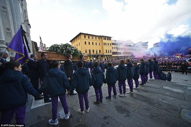Hàng ngàn người hâm mộ đưa tang Davide Astori - Ảnh 5.