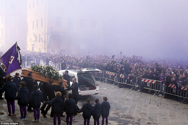Hàng ngàn người hâm mộ đưa tang Davide Astori - Ảnh 4.