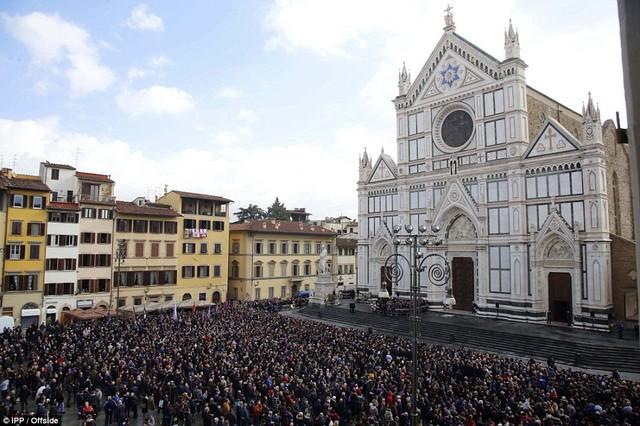 Hàng ngàn người hâm mộ đưa tang Davide Astori - Ảnh 1.