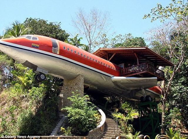 Khách sạn sang chảnh, tiện nghi bên trong chiếc máy bay hỏng - Ảnh 1.