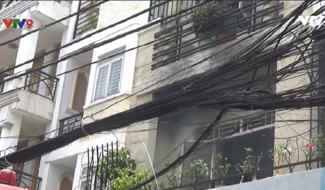 TP.HCM: Dập tắt đám cháy tại nhà dân, cứu cụ ông khỏi biển lửa - Ảnh 1.