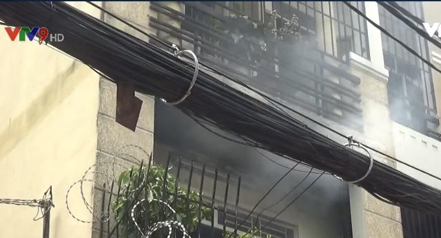 TP.HCM: Dập tắt đám cháy tại nhà dân, cứu cụ ông khỏi biển lửa - Ảnh 2.