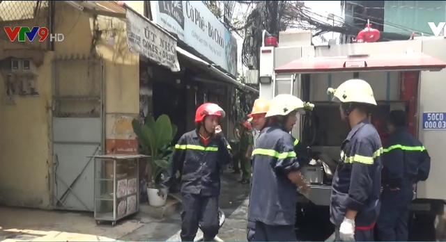 TP.HCM: Dập tắt đám cháy tại nhà dân, cứu cụ ông khỏi biển lửa - Ảnh 4.