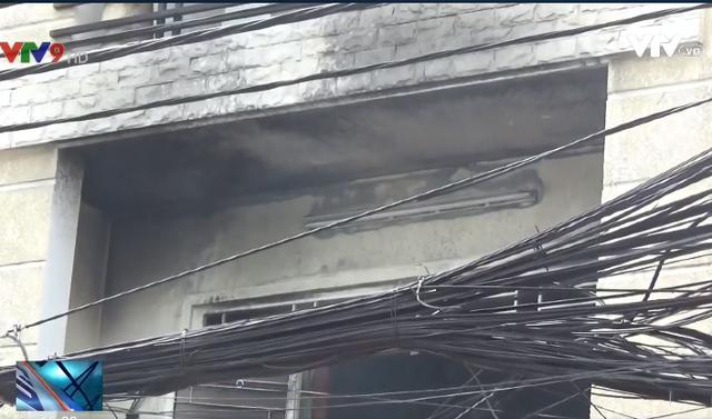 TP.HCM: Dập tắt đám cháy tại nhà dân, cứu cụ ông khỏi biển lửa - Ảnh 3.
