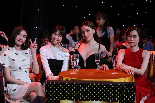 Nhà báo Lại Văn Sâm bất ngờ xuất hiện bên dàn mỹ nhân showbiz Việt - Ảnh 1.