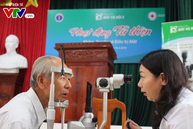400 người dân Ninh Bình được khám, điều trị mắt miễn phí  - Ảnh 1.