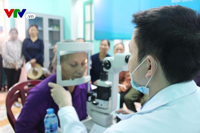 400 người dân Ninh Bình được khám, điều trị mắt miễn phí  - Ảnh 4.