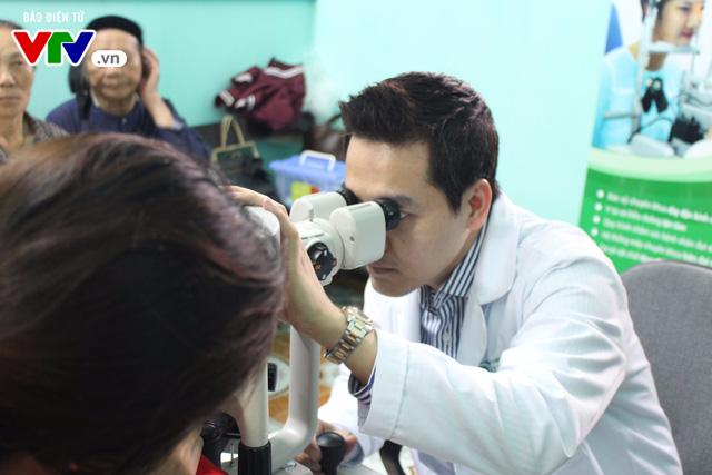 400 người dân Ninh Bình được khám, điều trị mắt miễn phí  - Ảnh 5.