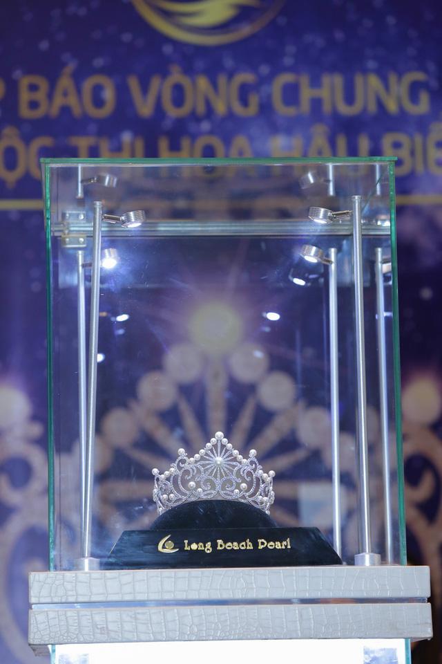 Cận cảnh vương miện đính ngọc trai lấp lánh dành cho Hoa hậu Biển Việt Nam toàn cầu 2018 - Ảnh 1.