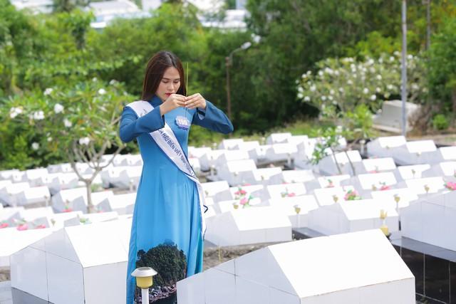 Thí sinh Hoa hậu Biển Việt Nam toàn cầu 2018 tri ân các anh hùng liệt sĩ tại Phú Quốc - Ảnh 4.