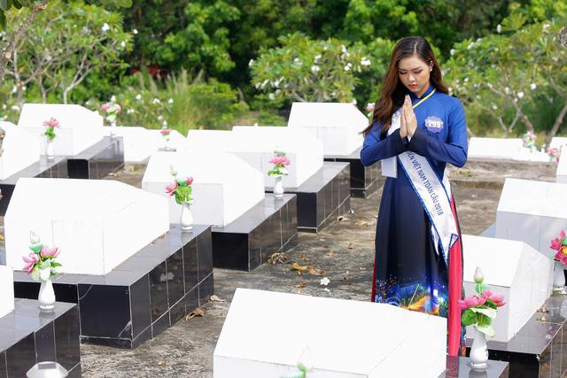 Thí sinh Hoa hậu Biển Việt Nam toàn cầu 2018 tri ân các anh hùng liệt sĩ tại Phú Quốc - Ảnh 5.